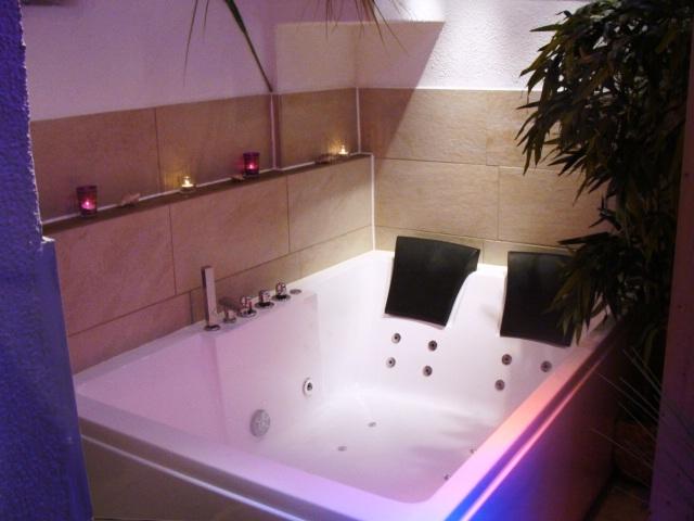romantisches tageszimmer mit whirlpool sternenhimmel f r zwei herzen. Black Bedroom Furniture Sets. Home Design Ideas